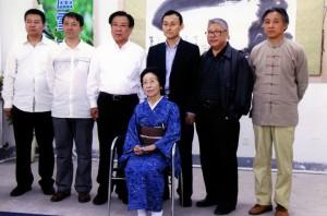 前列中央が田中さん。後列は大連の書道関係者と藤井継道さん(左から3人目)