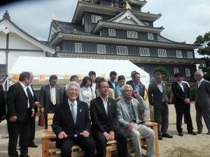 岡山城天守閣前広場に大森雅夫市長を招いて木製ベンチ贈呈式を開催