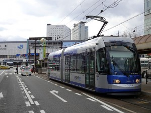 路面電車停留所から岡山駅まで約180mの距離がある